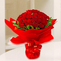 Rosy Reds: Send Anniversary Flowers to UAE